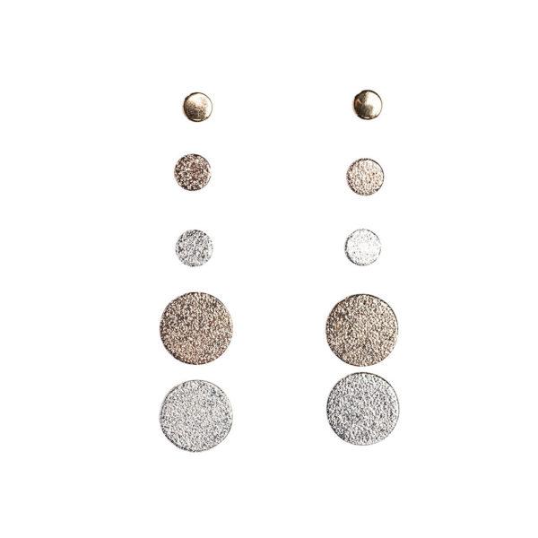 5 parin korvakorusetti, jossa litteitä ja pyöreitä korvakorunappeja kolmessa eri koossa.