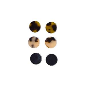 Nikkelitestattu 3 parin korvakorusetti, joka sisältää kilpikonnakuvioidut tummanruskeat, vaaleanruskeat ja mustat nappikorvakorut.