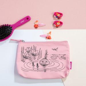Kosmetiikkalaukku, hiusharja, hiuspinnit, hiuslenkki.