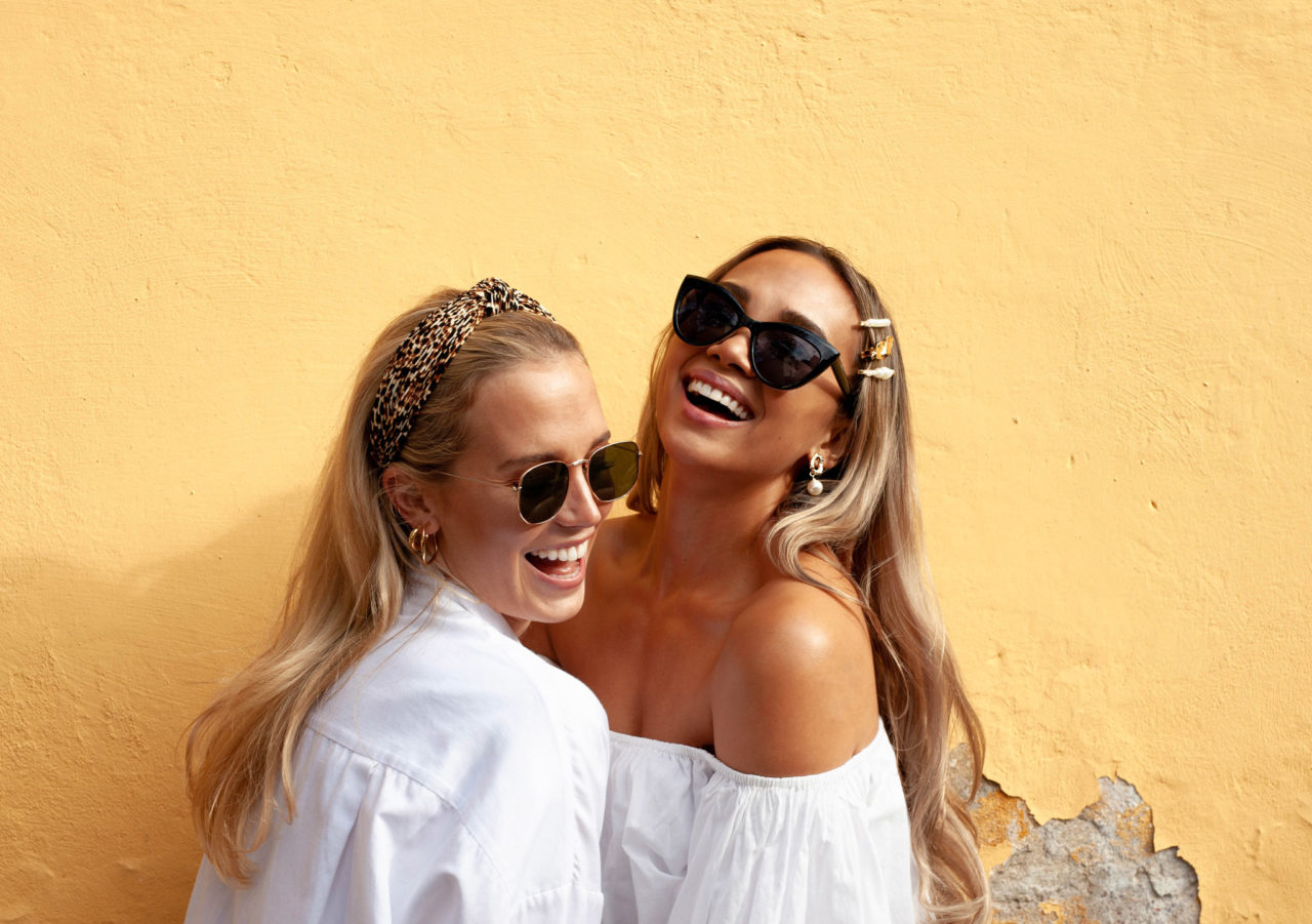 yes girlit Kriselda ja Petra yes girl loves aurinkolasien, korvakorujen ja hiuskorujen kanssa.