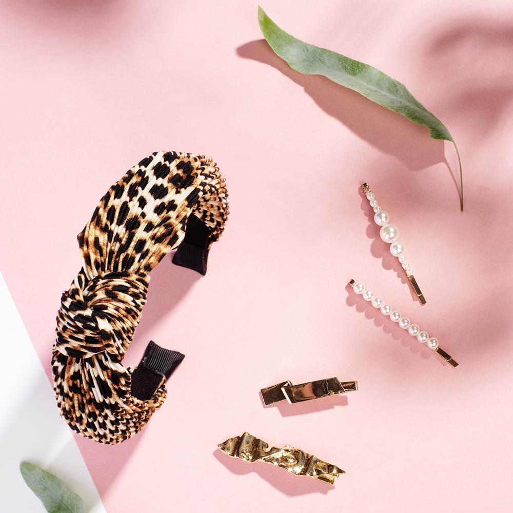 yes girl LOVES cailap leo-kuosinen hiuspanta, helmikoristeiset hiuspinnit ja kultaiset hiussoljet.